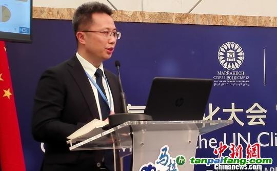 """由中国新闻社、中国国家气候战略中心和中国人民大学联合主办的""""气候传播与公众意识""""主题边会在联合国气候变化马拉喀什大会上举行。图为国家气候战略中心战略部主任刘强发言。 李晓喻 摄"""
