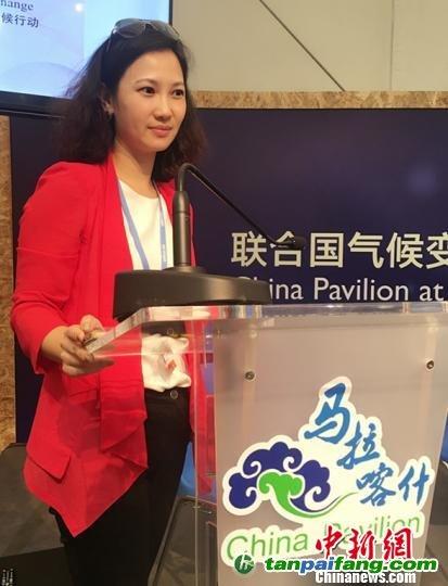 """由中国新闻社、国家气候战略中心和中国人民大学联合主办的""""气候传播与公众意识""""主题边会在联合国气候变化马拉喀什大会上举行。图为中国新闻社经济部主任俞岚主持边会。 李晓喻 摄"""