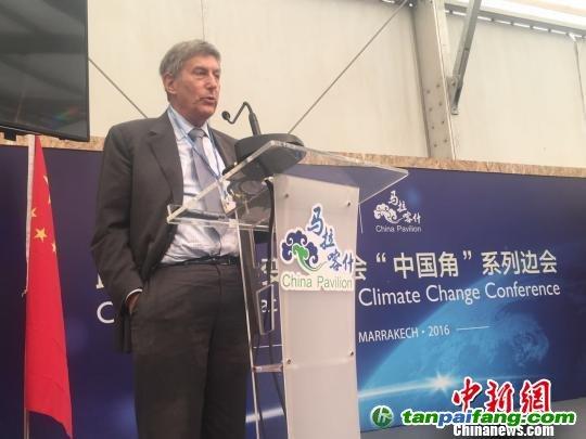 """由中国新闻社、中国国家气候战略中心和中国人民大学联合主办的""""气候传播与公众意识""""主题边会在联合国气候变化马拉喀什大会上举行。图为美国气候现实项目总裁兼首席执行官 肯尼斯。柏林发言。 李晓喻 摄"""