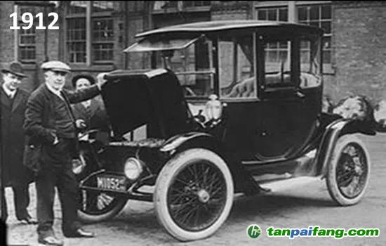 图1 1912年,爱迪生跟他的电动车合影。