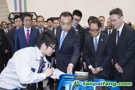 图2 2018年5月13日,李克强总理参观日本丰田氢燃料汽车。